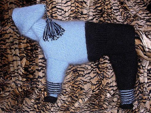 Я долое время собирала фотки с различными моделями вязаной одежды для собак.описаний правда нет,но может тем...
